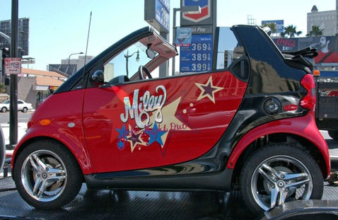 http://celebritycarwatcher.files.wordpress.com/2008/04/miley-cyrus-smart-car2.jpg